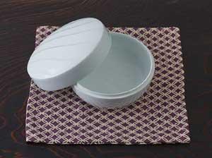 大胆な削りと柔らかなデザイン。石井康行の白磁小物入れ