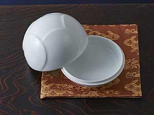 心をホッとさせてくれる「ヤスユキ彫り」の白磁小物入れ、初花。れ