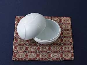 心をホッとさせてくれる「ヤスユキ彫り」の白磁小物入れ、初花。